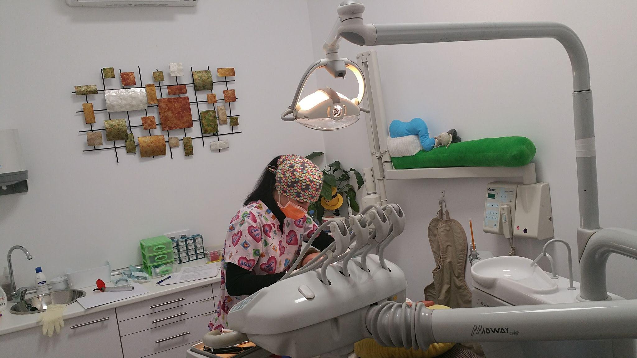 Nuestra dentista de niños tratando un diente picado