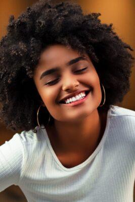 Luce una sonrisa espectacular recuperando el blanco natural de tus dientes con un blanqueamiento dental